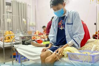 Chàng trai 21 năm chống chọi với căn bệnh máu chảy không ngừng
