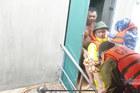 Giải cứu cụ già bị gãy tay chân khỏi rốn lũ Quảng Bình