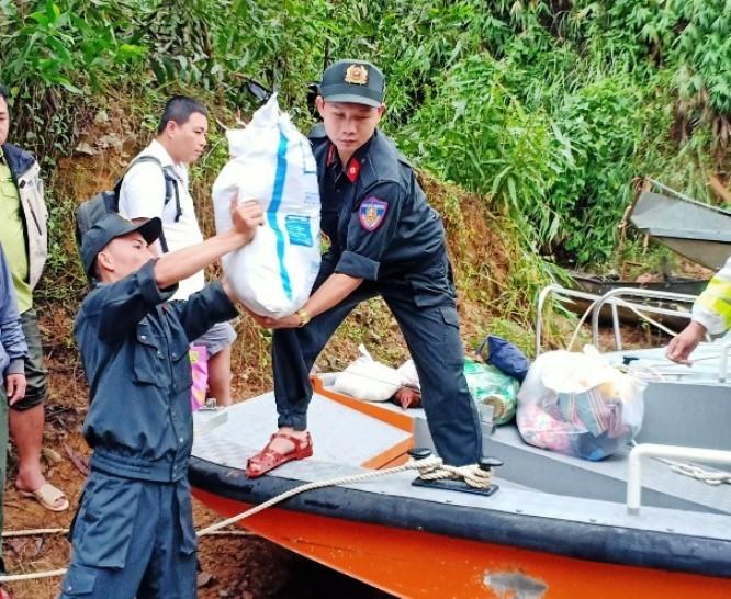 Vượt nước lũ cuồn cuộn chuyển gạo, mỳ tôm vào Rào Trăng 3
