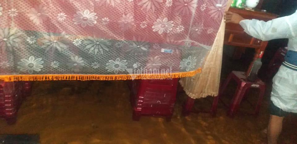 Ám ảnh 2 chiếc quan tài con trẻ trong ngôi nhà ngập lũ ở Quảng Bình