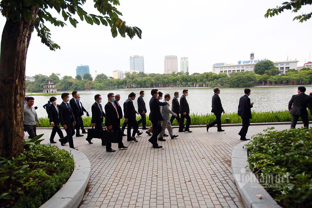 Thủ tướng Nhật Bản Suga Yoshihide đi bộ cùng người dân Hà Nội