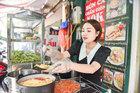 Quán bún cá chấm bán 300 bát/ngày, khách xếp hàng đợi thưởng thức
