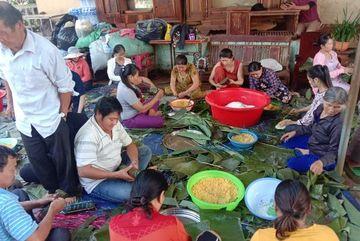 Đắk Lắk đỏ lửa nấu hơn 2000 đòn bánh tét gửi bà con miền Trung