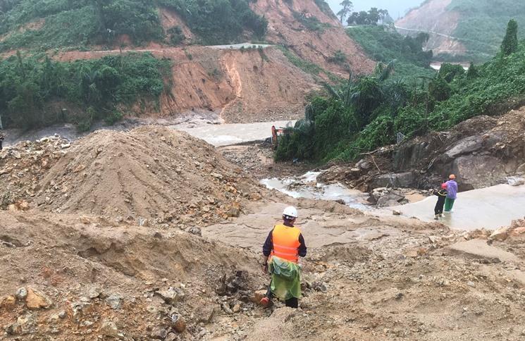 Phá tảng đá 20 tấn thông đường vào thủy điện Rào Trăng 3