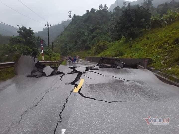 Hình ảnh hàng trăm mét quốc lộ ở Quảng Bình nứt toác