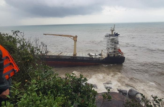 Tàu hàng bị sóng đánh gãy đôi, Huế ứng phó khả năng tràn dầu