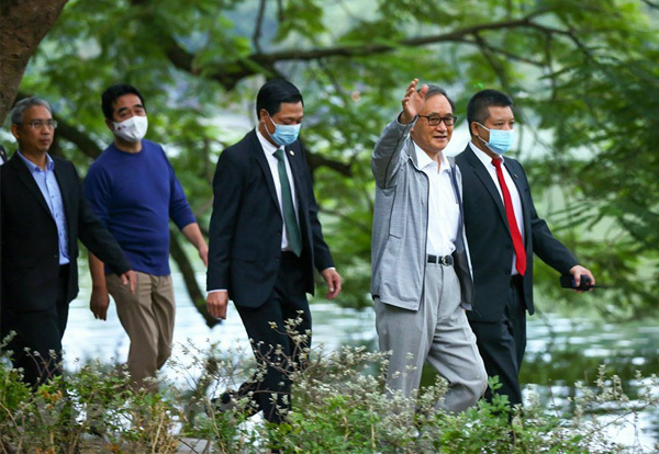 Japanese PM goes jogging,downtown Hanoi