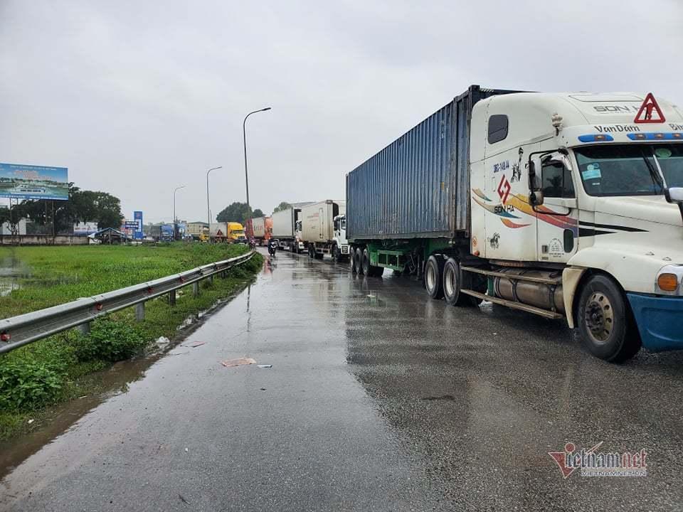 Lượng xe ùn ứ hai ngày, quốc lộ ở Hà Tĩnh tắc hàng chục cây số