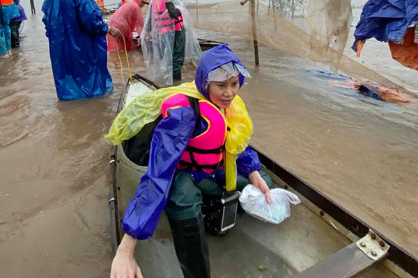 Lê Thúy bật khóc, nghệ sĩ mắc kẹt vì mưa lũ ở miền Trung