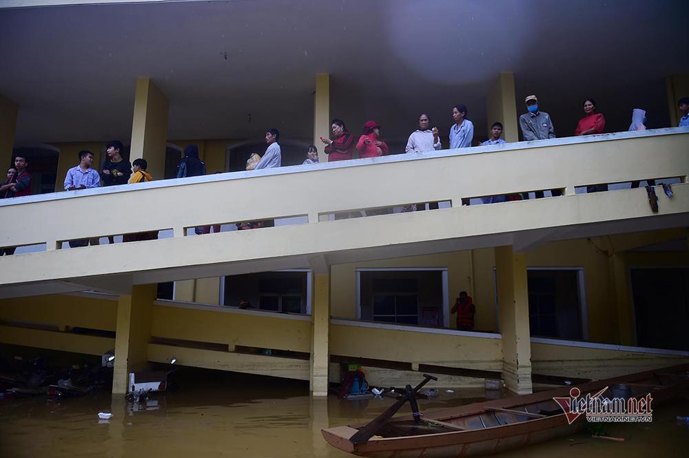 Lũ lụt Quảng Bình, nụ cười bà con nhận hàng cứu trợ ở bệnh viện
