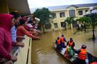 Lũ lụt Quảng Bình, nụ cười của bà con nhận hàng cứu trợ ở bệnh viện