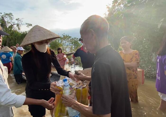 Thủy Tiên quyên góp được hơn 100 tỷ đồng cho cứu trợ miền Trung