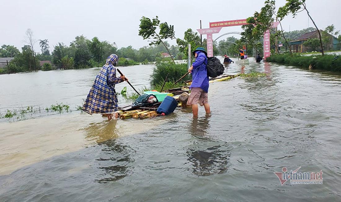 Tủ lạnh biến thành thuyền cứu người trong trận lũ lịch sử ở Hà Tĩnh