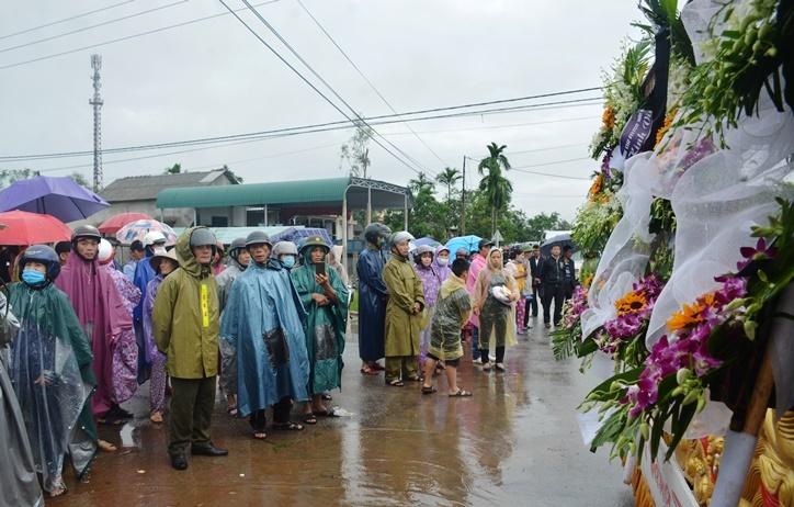 Người dân đội mưa tiễn đưa Chủ tịch huyện hy sinh ở Rào Trăng 3 về đất mẹ