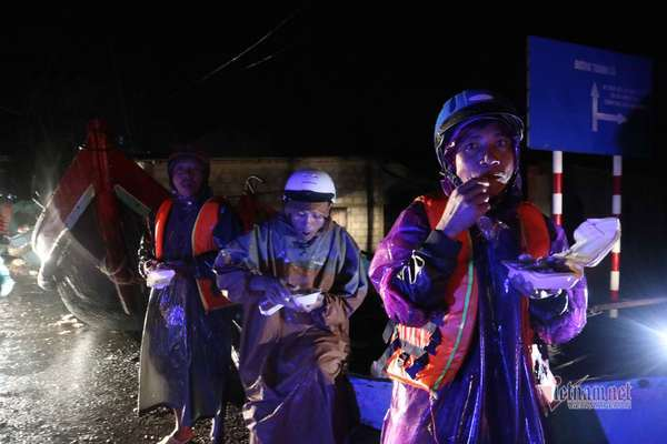 Đội mưa chờ thuyền vào cứu trợ dân rốn lũ trong đêm