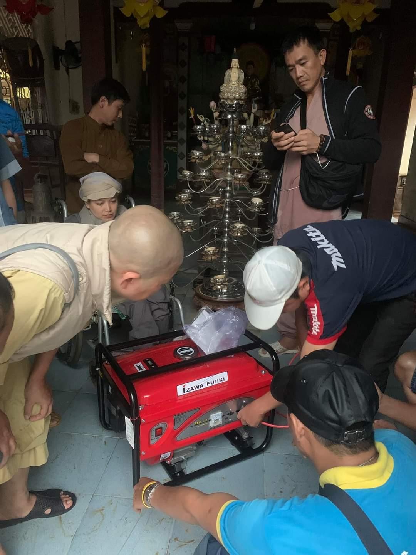 Dân vùng lụt: 'Nếu có máy phát điện, dân làng ra quỳ lạy luôn'