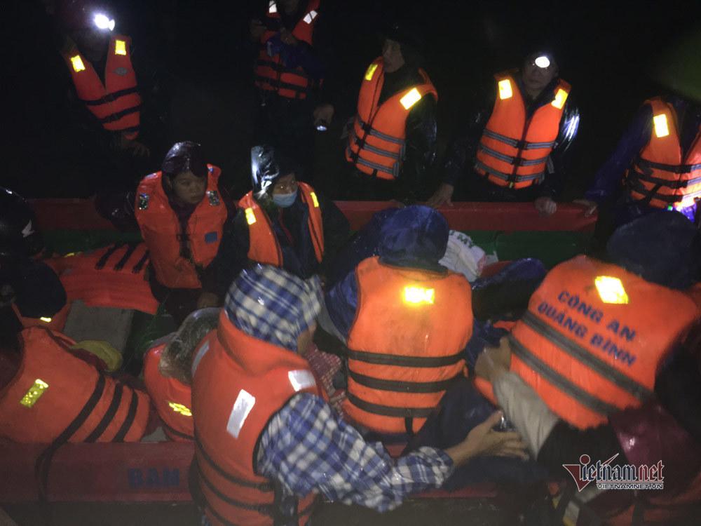 Trưởng công an huyện Quảng Trạch vượt lũ đưa ba sản phụ vượt cạn trong đêm