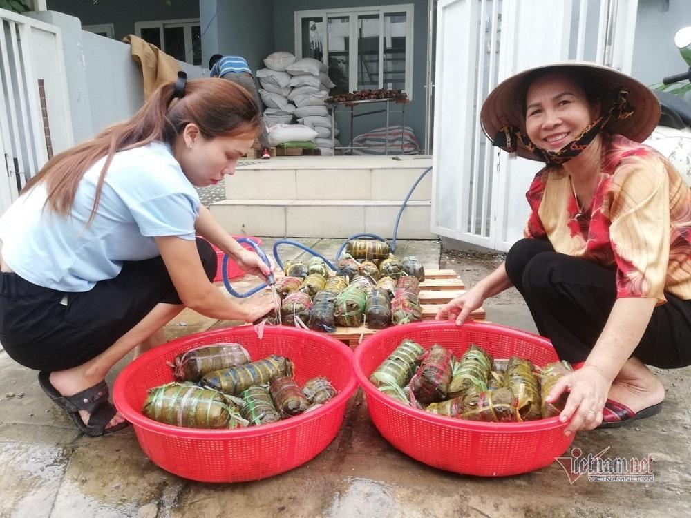 Người dân TP.HCM gói 5.000 bánh chưng, bánh tét gửi vùng lũ miền Trung