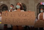 Đại dịch hoành hành, bác sĩ Tây Ban Nha cởi đồ xuống đường biểu tình