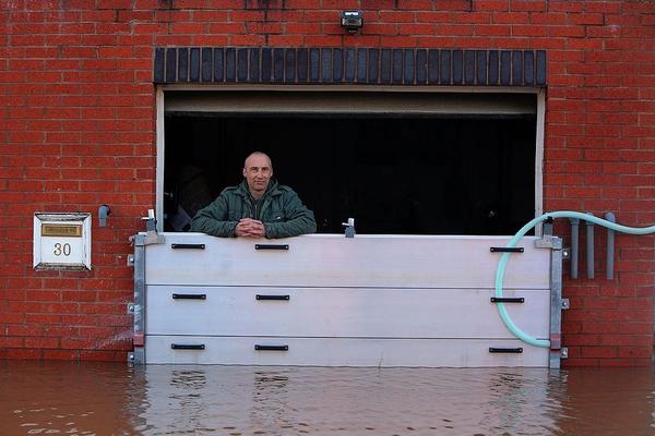 Những cách độc đáo phòng ngập lụt cho ô tô