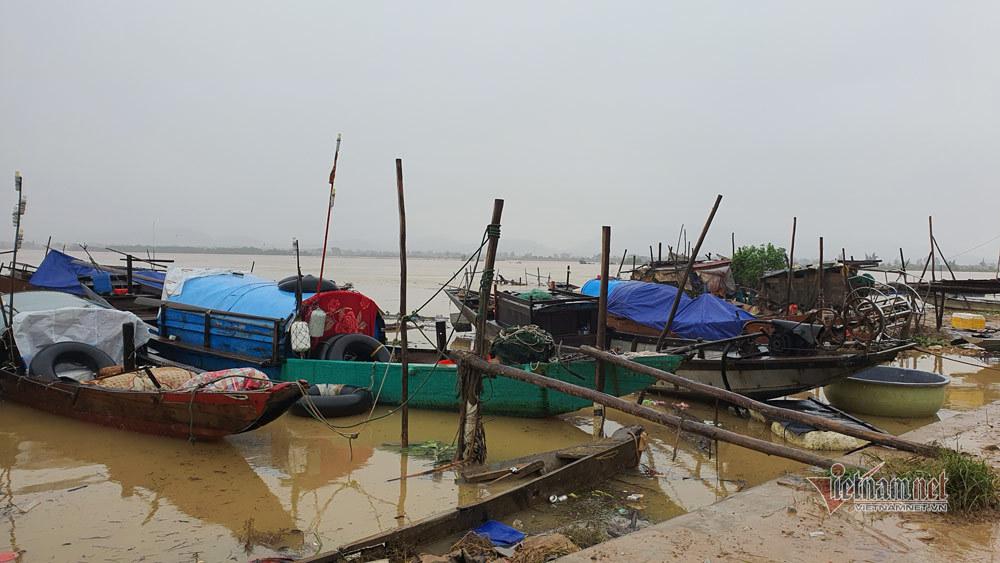 Nhà thưng gỗ mong manh ở nơi hứng trọn đợt lũ đầu tiên của Quảng Bình