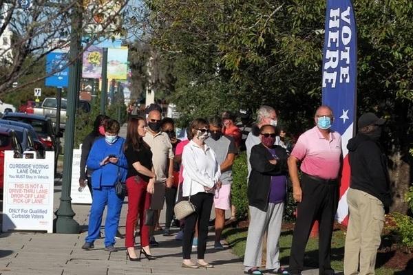 Vì sao nhân viên bầu cử Mỹ đánh dấu lá phiếu cử tri?