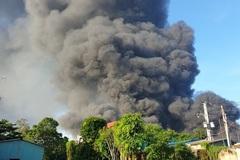 Khói đen ngút trời bao trùm công ty xử lý môi trường ở Bình Dương