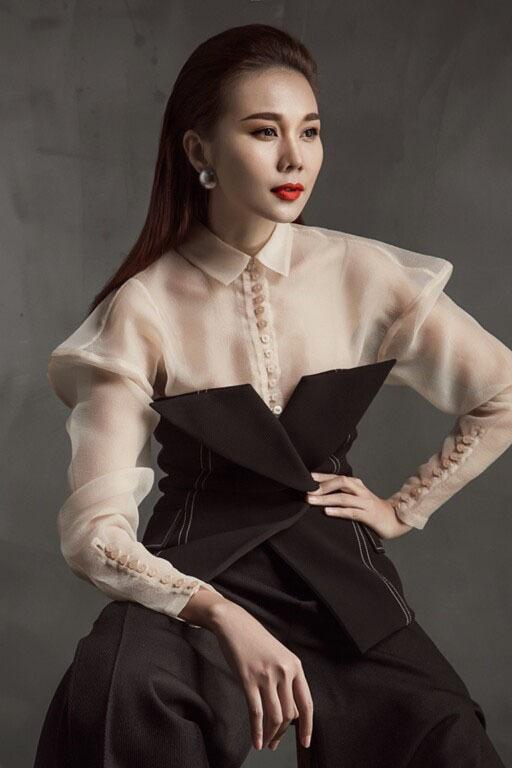 Thanh Hằng, H'Hen Niê trình diễn cho tuần lễ thời trang kép