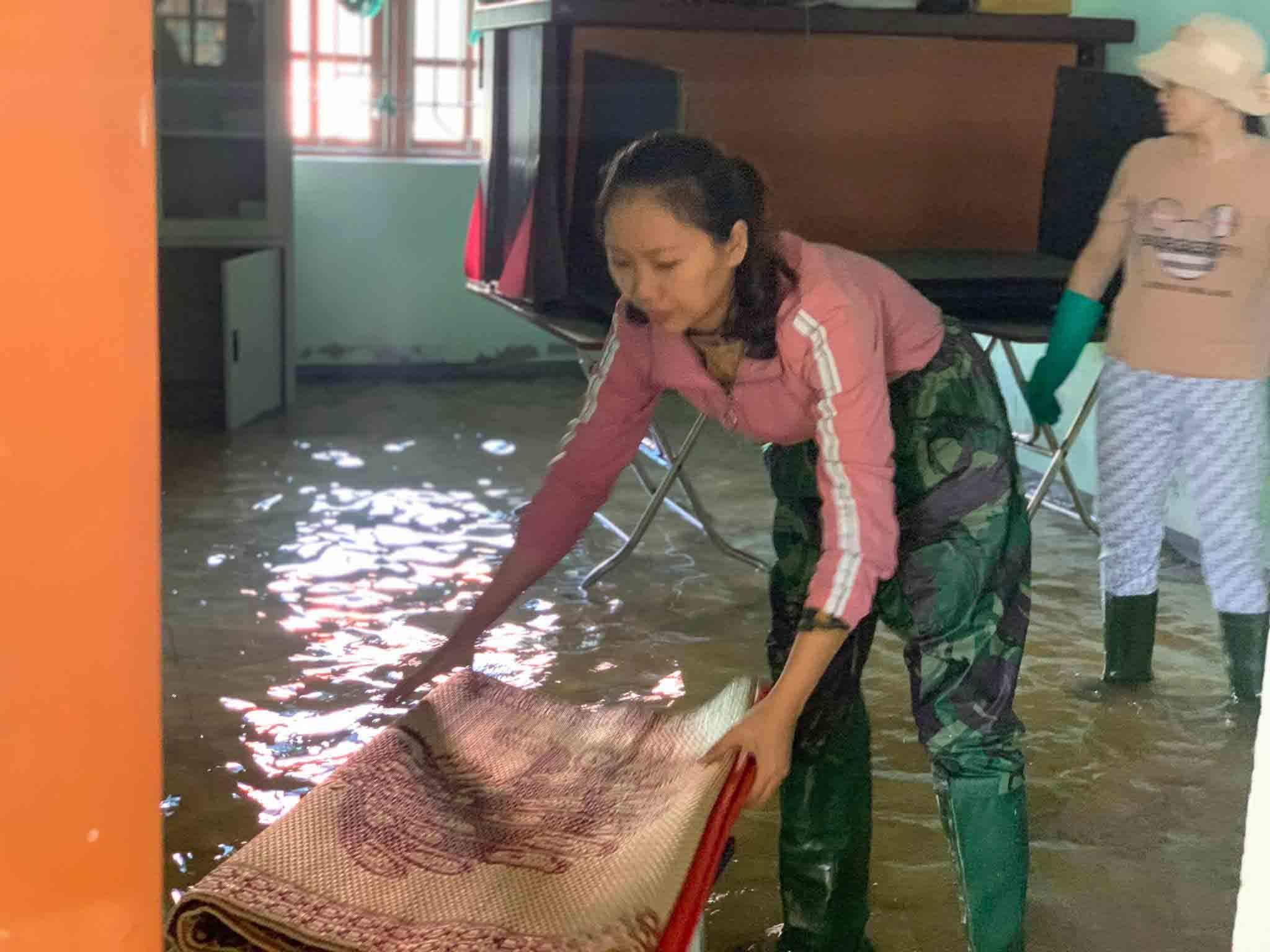 Giáo viên lội nước tìm sách vở, đợi học trò trở lại trường