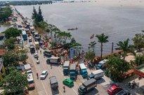 Quốc lộ 1 ùn tắc vì dòng xe chở hàng cứu trợ