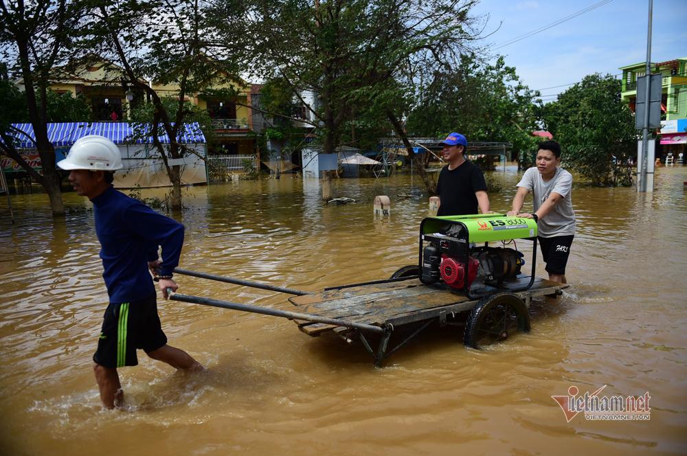 Dòng xe chở lương thực, thuyền phao từ Hà Nội vào cứu trợ Quảng Bình