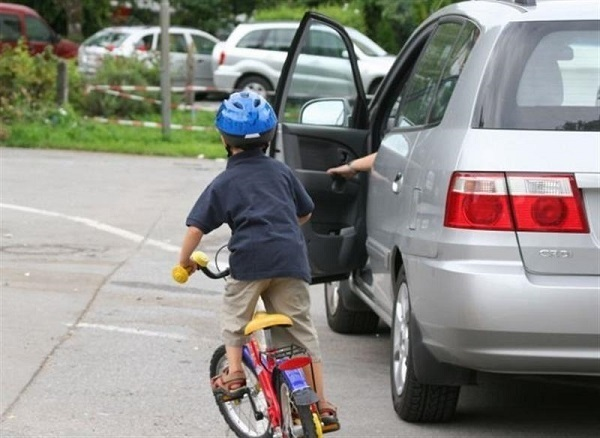 Để cửa ô tô mở khi đang chạy có thể bị phạt nặng