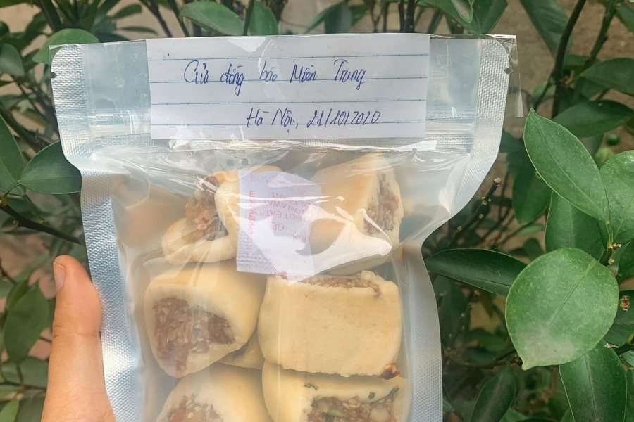 Nữ sinh Nông nghiệp làm 20kg bánh chả gửi bà con vùng lũ