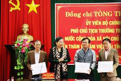 Phó Chủ tịch Thường trực QH Tòng Thị Phóng thăm, tặng quà bà con vùng lũ