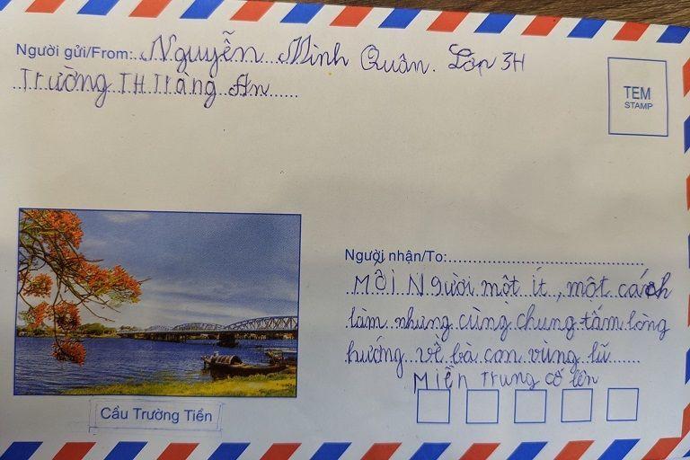 Giáo viên dành 1 tháng lương, học trò viết thư gửi vùng lũ