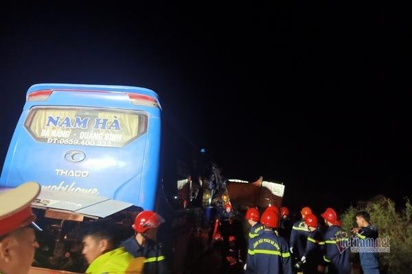 Xe khách đâm xe tải đang đỗ khiến 1 phụ nữ tử vong