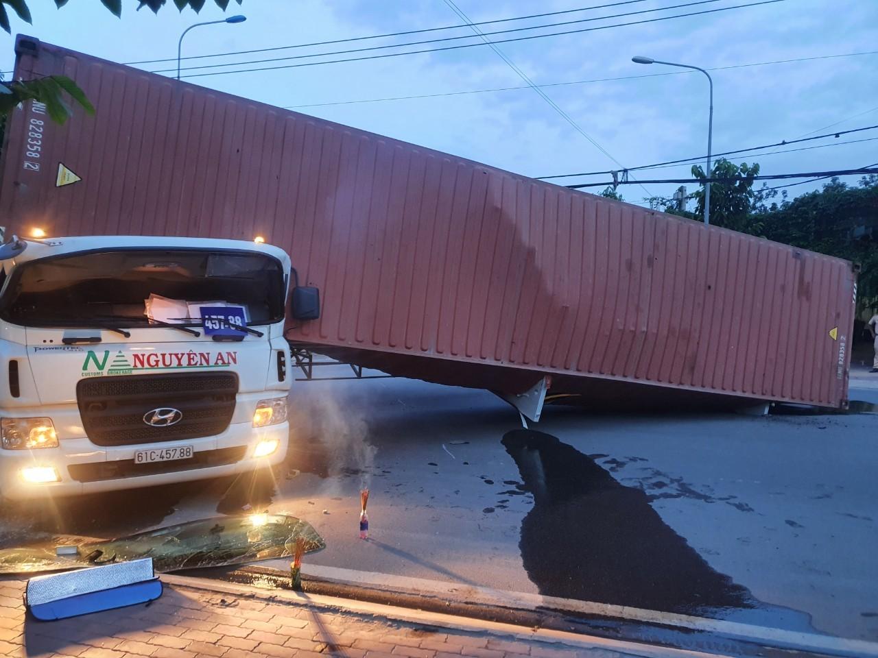 Quay đầu xe, thùng container lật nghiêng đè chết tài xế trong cabin