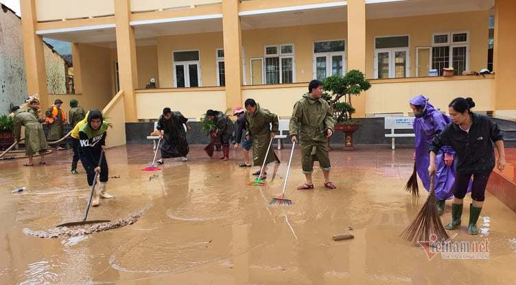 Trăm cảnh sát cơ động xắn tay dọn bùn phủ kín sân trường học