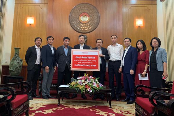 Honda VN hỗ trợ miền Trung 3 tỷ đồng và hàng trăm thiết bị khắc phục lũ