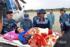 Trực thăng ứng cứu 2 cán bộ bị thương khi tìm dân mất tích