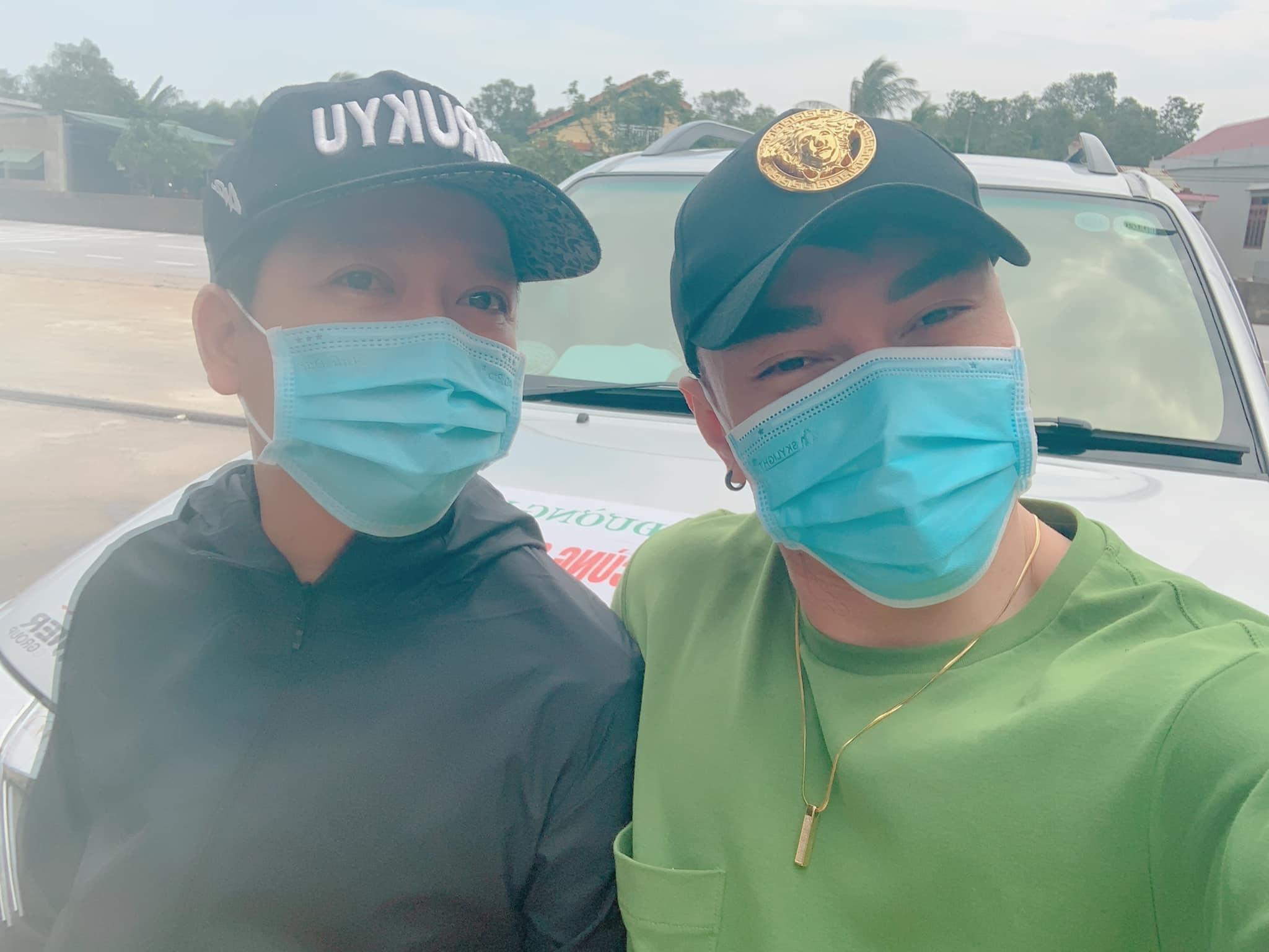 Trường Giang - Nhã Phương và sao Việt lội nước cứu trợ miền Trung