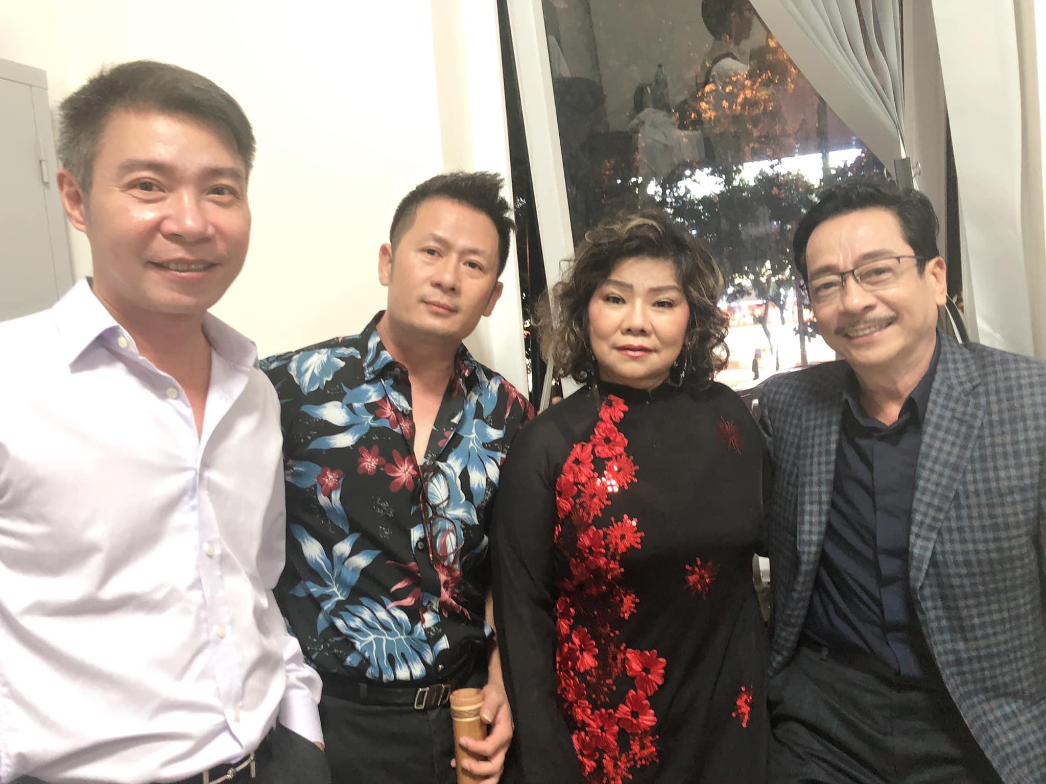 NSND Hồng Vân khoác vai, tươi tắn bên MC Lại Văn Sâm