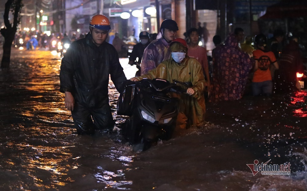 Sau cơn mưa như trút, đông Sài Gòn chìm trong biển nước