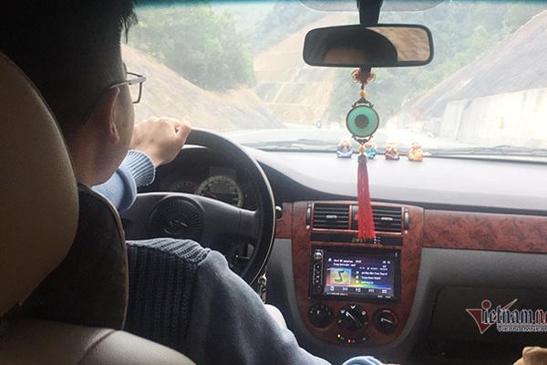 """Lần đầu lái xe: Pha """"tẽn tò"""" khi lái ô tô về quê vợ sắp cưới"""