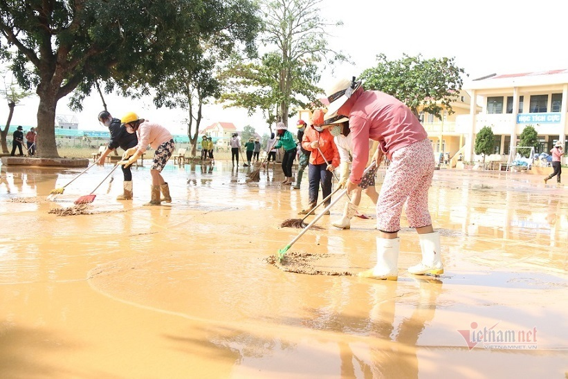 Bộ trưởng Phùng Xuân Nhạ kêu gọi cung cấp SGK cho học trò vùng lũ