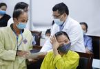 Bác sĩ chung tay hỗ trợ bệnh nhân vùng lũ, đưa về tận quê