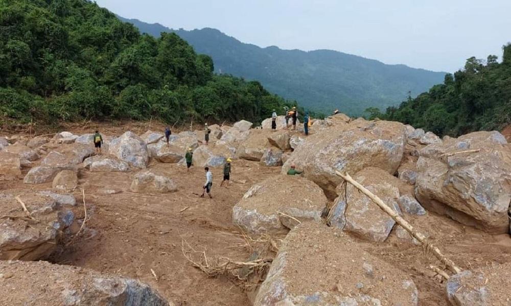 Sạt lở vùi lấp 4 người ở Quảng Bình, thi thể ba anh em đã được tìm thấy