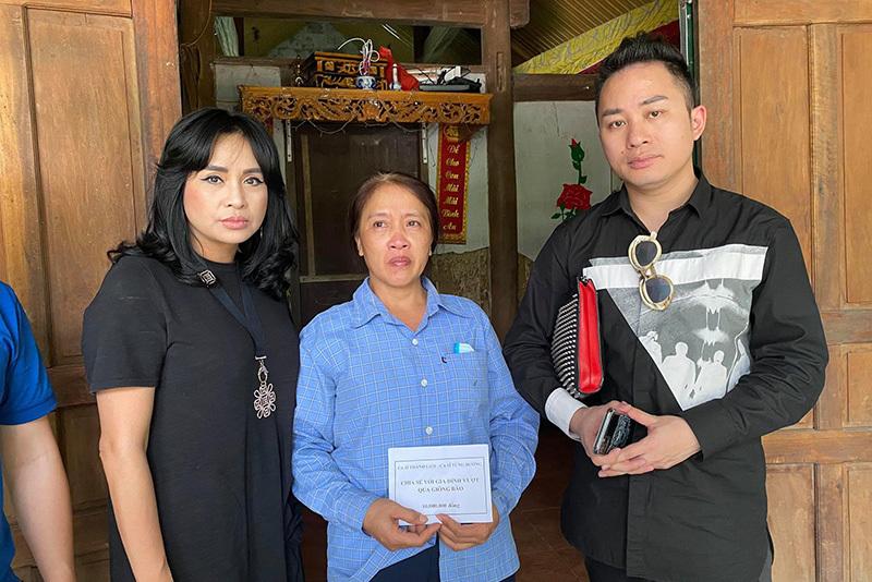 Tùng Dương - Thanh Lam nghẹn ngào khi tới thăm người dân Hà Tĩnh