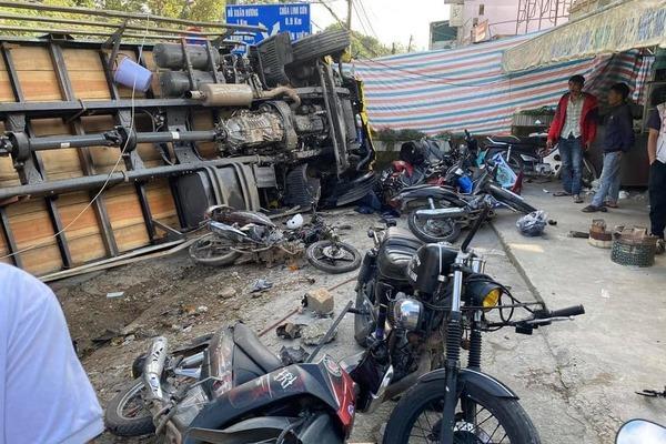 Xe tải chở bia bị tuột dốc, tông nát hàng loạt xe máy ở Đà Lạt