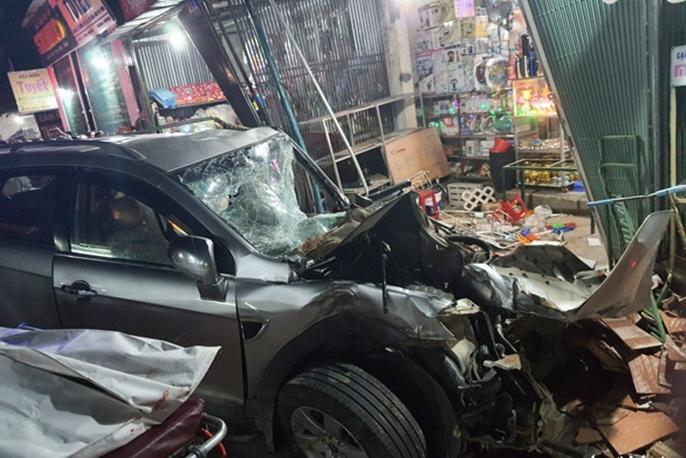 Xe tải tông nhiều xe máy, ôtô rồi lao vào nhà dân làm 2 người chết